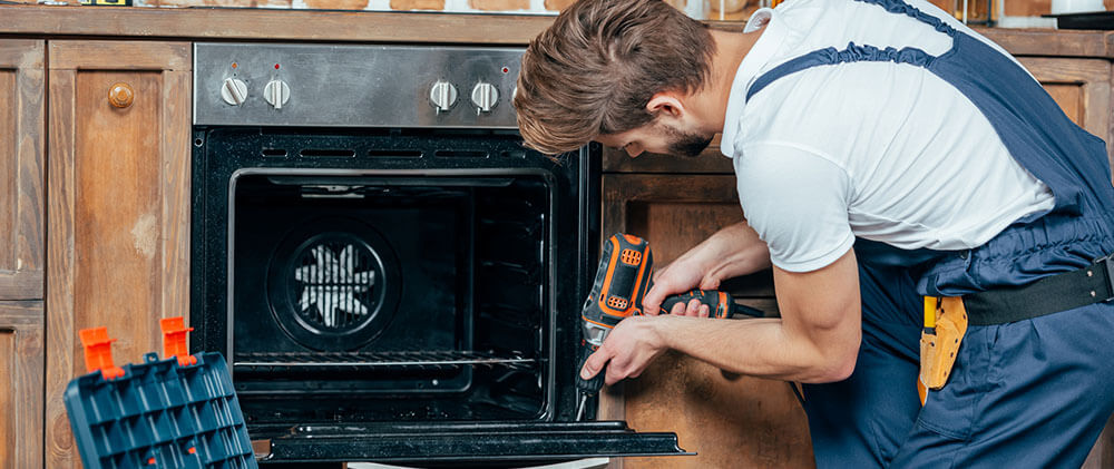 oven repair man repairing an oven in Newmarket ON